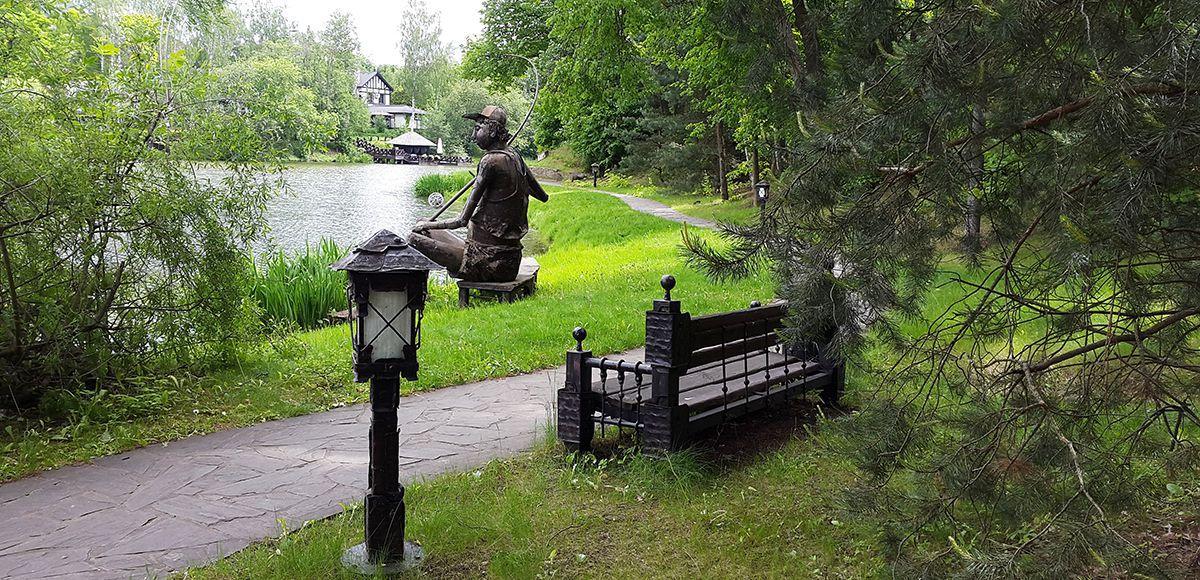 Скульптура Рыбак с удочкой, поселок Николино