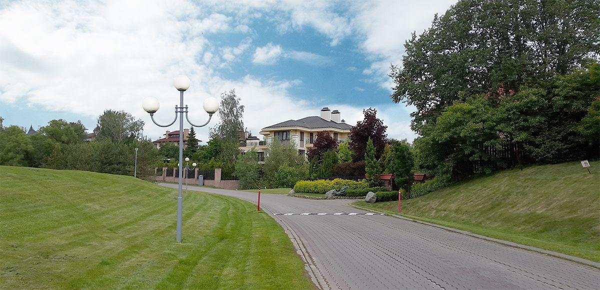 Улица у озера в поселке Николино