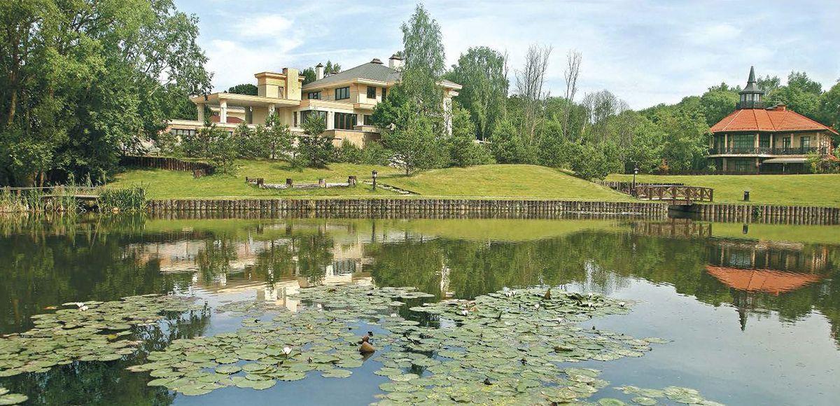 Большое озеро поселка Николино